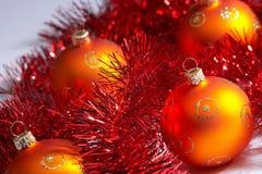 Weihnachtsbaumkugeln mit Filterstreifen - weihnachstkugeln MIT lametta Stockbilder