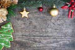 Weihnachtsbaumplätzchen und Tannenbaum verzieren mit Verzierung Lizenzfreie Stockfotos