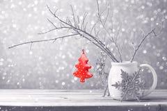 Weihnachtsbaumschmuck, der über bokeh Hintergrund hängt Lizenzfreie Stockfotos