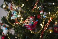 Weihnachtsbaumschmuckmaus, die Spielwaren herstellt Lizenzfreies Stockfoto