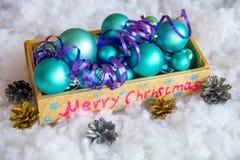 Weihnachtsbaumspielwaren in einer Holzkiste Stockfotos