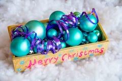 Weihnachtsbaumspielwaren in einer Holzkiste Stockbild