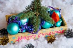 Weihnachtsbaumspielwaren in einer Holzkiste Stockfotografie