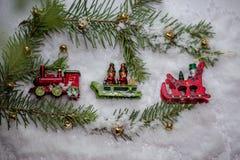 Weihnachtsbaumspielzeug als festliche Dekoration stockfotos