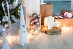 Weihnachtsbaumspielzeug für das neue Jahr 2017 mit Geschenken, Kerzen und Lichtern lizenzfreie stockbilder