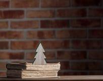 Weihnachtsbaumspielzeug und alte Bücher Stockfoto