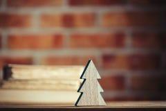 Weihnachtsbaumspielzeug und alte Bücher Lizenzfreie Stockfotografie