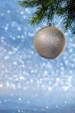 Weihnachtsbaumzweig mit Weihnachtskugel Stockfotos