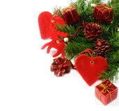 Weihnachtsbaumzweige und -dekorationen getrennt Stockbilder