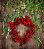 Weihnachtsbaumzweige und roter Beerenkranz Advent Decoration Lizenzfreie Stockfotografie