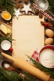 Weihnachtsbäckereikuchenhintergrund mit Teigbestandteilen Stockfotos