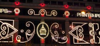Weihnachtsbeleuchtung auf Fassade von Printemps Kaufhaus in Paris. Stockfotografie