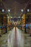 Weihnachtsbeleuchtung auf Straße Stockbild