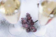 Weihnachtsbeleuchtungen mit Champagnerglas stockbild
