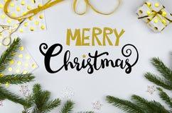 Weihnachtsbeschriftung handwriten flache Lage mit Weihnachtsdekoration Stockbild