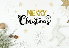 Weihnachtsbeschriftung handwriten flache Lage mit Weihnachtsdekoration Lizenzfreie Stockfotos