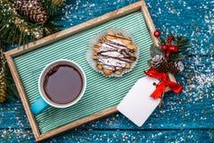 Weihnachtsbild des Behälters mit Tee und Kuchen Stockfoto