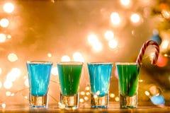 Weihnachtsbild von vier Weingläsern mit grünem Cocktail, Karamell haftet Lizenzfreie Stockfotografie