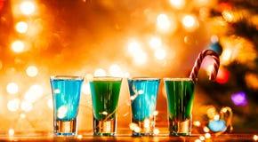 Weihnachtsbild von vier Weingläsern mit grünem Cocktail, Karamell haftet Stockbild