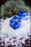 Weihnachtsblaue Geschenkboxen auf hölzernem Hintergrund Stockbilder