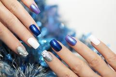 Weihnachtsblaumaniküre lizenzfreies stockfoto