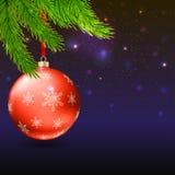 Weihnachtsbälle, grüne Tannenzweige und heller Hintergrund Lizenzfreie Stockfotos