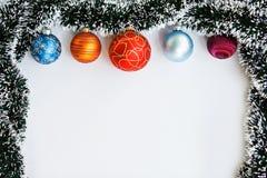 Weihnachtsbälle und Girlandenrahmen Lizenzfreies Stockfoto