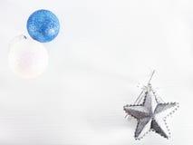 Weihnachtsbälle und -stern Stockfoto