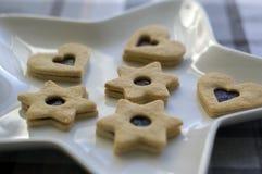Weihnachtsbonbons und Plätzchen gemacht vom Shortcrustgebäck, verschiedene Formen gefüllt mit Marmelade und mit Schokolade verzie stockfotos