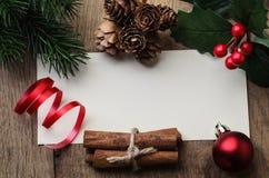 Weihnachtsbotschafts-Hintergrund eingefaßt mit Dekorationen und Folia Lizenzfreie Stockfotos