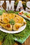 Weihnachtsbrathähnchen mit glühenden Pfeffern, Oliven, Zwiebel, Petersilie Lizenzfreie Stockfotos