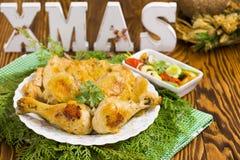 Weihnachtsbrathähnchen mit glühenden Pfeffern, Oliven, Zwiebel, Petersilie Stockfotografie