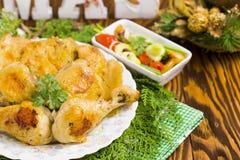 Weihnachtsbrathähnchen mit glühenden Pfeffern, Oliven, Zwiebel, Petersilie Stockbilder