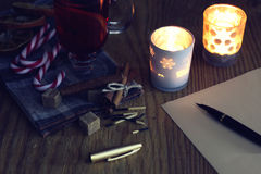 Weihnachtsbrief auf dem Tisch mit Gewürzen Lizenzfreie Stockfotografie