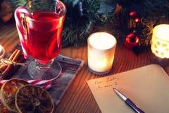 Weihnachtsbrief auf dem Tisch mit Gewürzen Lizenzfreies Stockfoto