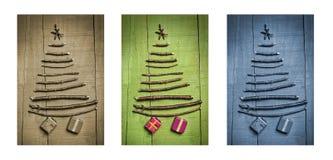 Weihnachtsbäume gemacht von den hölzernen Niederlassungen mit Geschenken Triptychon im Braun, im Grün und im Blau Stockfotos