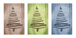 Weihnachtsbäume gemacht von den hölzernen Niederlassungen mit Geschenken Triptychon im Braun, im Grün und im Blau Lizenzfreies Stockfoto