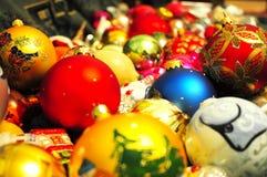 Weihnachtsbunte Bälle als Feiertags-Hintergrund Weihnachtsdekoration - Weihnachtsbälle Lizenzfreie Stockfotografie