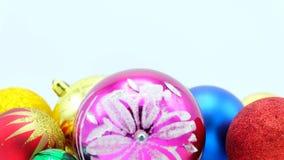 Weihnachtsbunte Ball-Nahaufnahmegesamtlänge für Schleife auf Weiß stock video