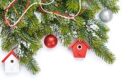 Weihnachtsbunter Dekor und Schneetannenbaum Stockbild