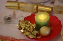 Weihnachtscracker u. -kerze Stockfotos