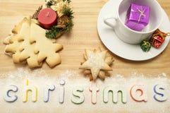 Weihnachtscup und -Saucer mit Plätzchen Stockfotos