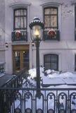 Weihnachtsdekor auf historischem Haus nach Winterschneesturm in Manhattan, New York City, NY stockbilder