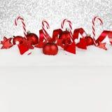 Weihnachtsdekor auf Schnee Stockfotografie
