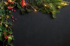 Weihnachtsdekor auf Schwarzem mit copyspace lizenzfreie stockfotografie