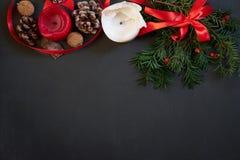 Weihnachtsdekor auf Schwarzem mit copyspace lizenzfreie stockbilder