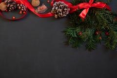 Weihnachtsdekor auf Schwarzem mit copyspace lizenzfreie stockfotos
