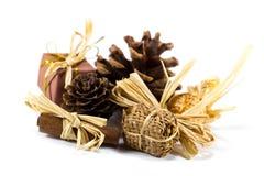 Weihnachtsdekor mit Kiefernkegeln, -zimt und -bonbons Stockfotos