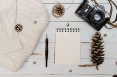 Weihnachtsdekoransicht von oben Weihnachts-flatlay Hintergrund mit Kegelkamera und -strickjacke Lizenzfreie Stockbilder