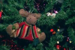 Weihnachtsdekoration, а-Ren, das an einer Niederlassung des Weihnachtsbaums hängt Stockbild